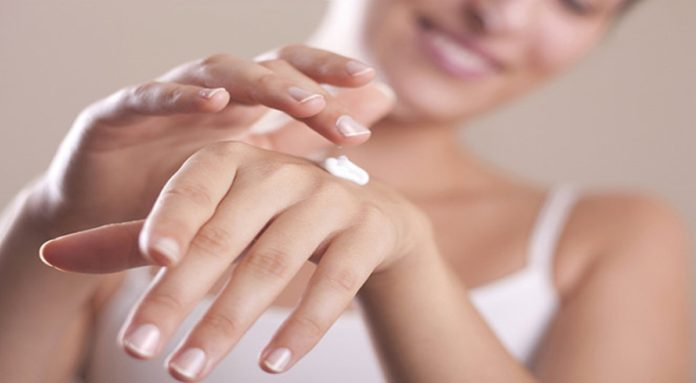 come-fare-la-manicure-per-mani-screpolate